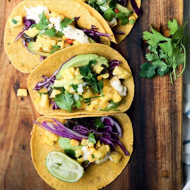 Tacos de aguacate, maíz y queso