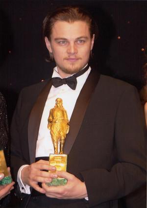 Leonardo di Caprio recibe el premio Rodolfo Valentino como mejor actor