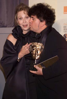 Pedro Almodóvar triunfa también en los premios británicos de cine