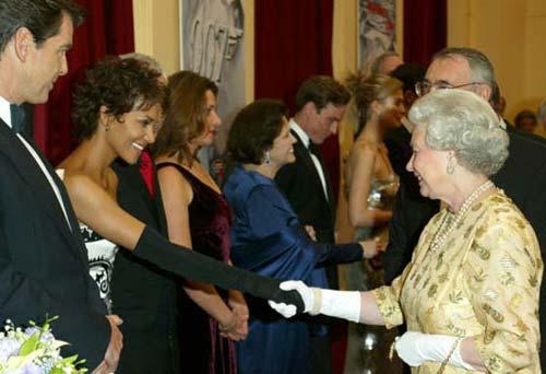 La reina Isabel II premia a su 'empleado' más famoso, Pierce Brosnan