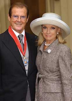 Roger Moore, el agente 007, una vez más al servicio de la Reina de Inglaterra
