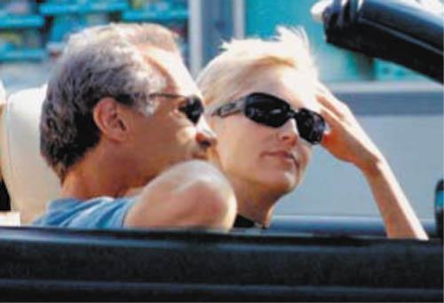 Sharon Stone se divierte junto a un nuevo y atractivo acompañante
