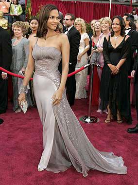 Hilary Swank, elegida la mujer más elegante de los Oscar