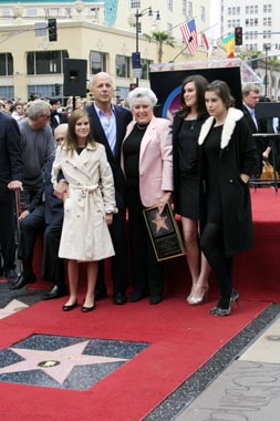 Bruce Willis, junto a Demi Moore y sus hijas, recibe la Estrella del Paseo de la Fama