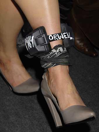 Michelle Rodríguez convierte su 'pulsera arresto' en un nuevo complemento