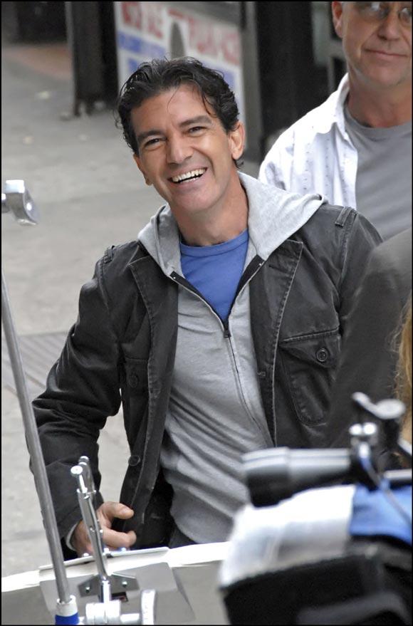 Antonio Banderas recibe la grata visita de su mujer y su hija en el set de rodaje