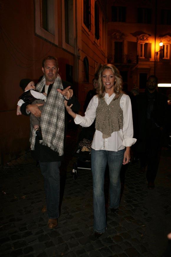 Kevin Costner y Christine Baumgartner, románticas vacaciones en Roma con su hijo Cayden
