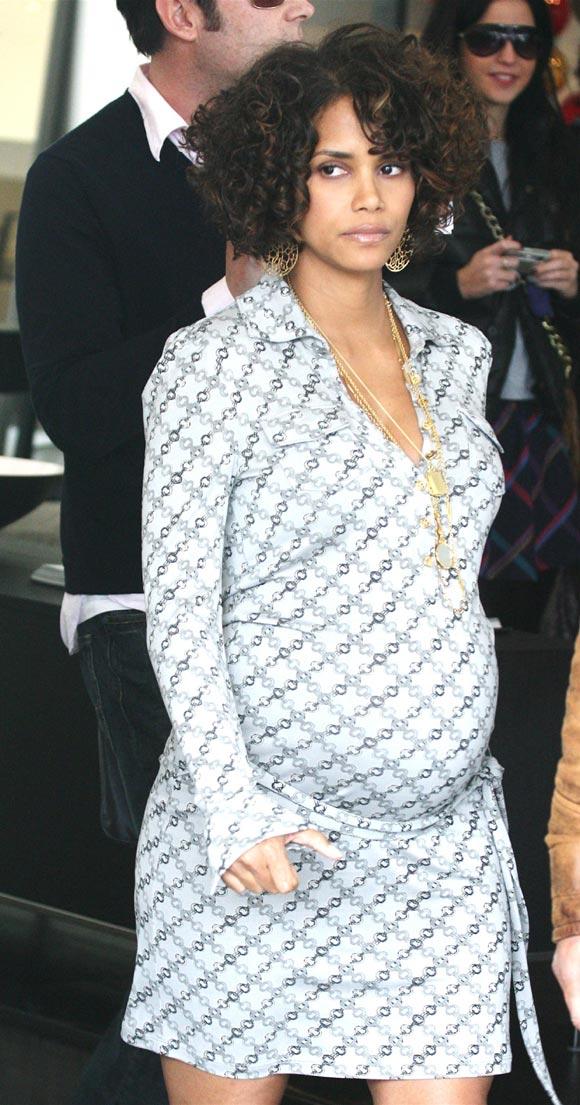 Halle Berry se suelta su sofisticada melena en su octavo mes de embarazo