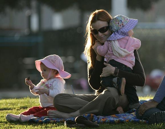 Marcia Cross: un divertido día en el parque con sus hijas, Eden y Savannah