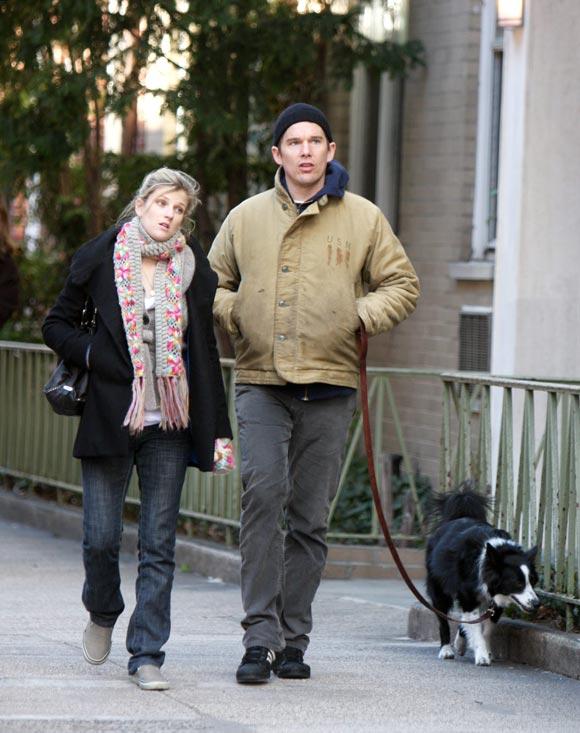 Ethan Hawke y su novia, romántico paseo meses antes de convertirse en padres