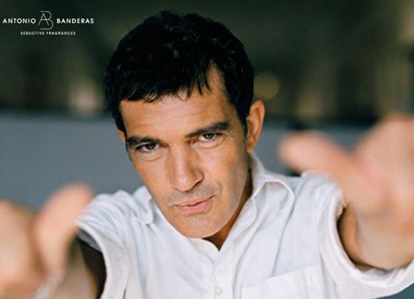 Antonio Banderas estrena su nueva página web con fotos inéditas de su álbum familiar