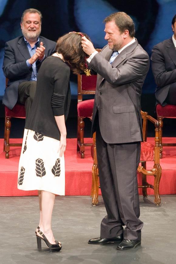 Paz Vega recibe emocionada la Medalla de Sevilla