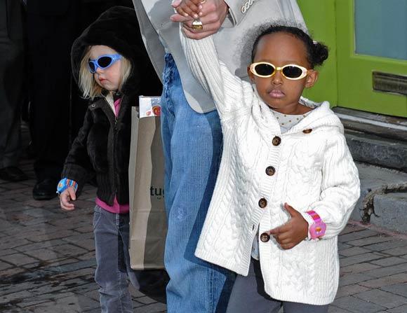 Zahara y Shiloh, de compras por Washington con papá