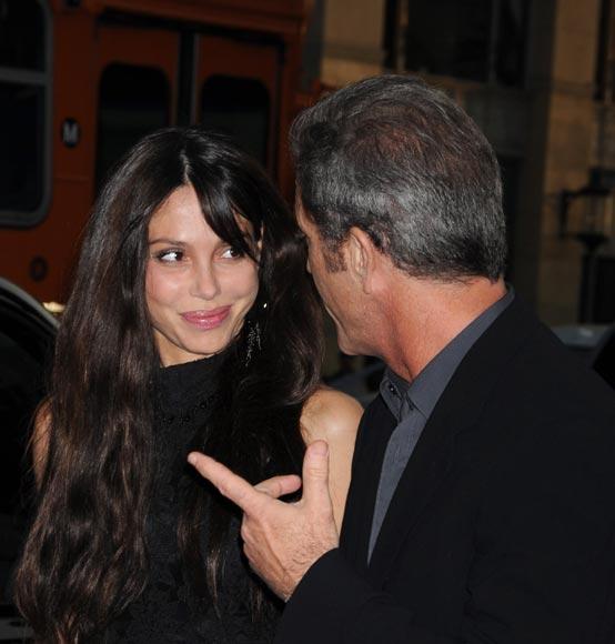 Mel Gibson sorprende de la mano de su novia en un estreno en Hollywood tras anunciar su divorcio