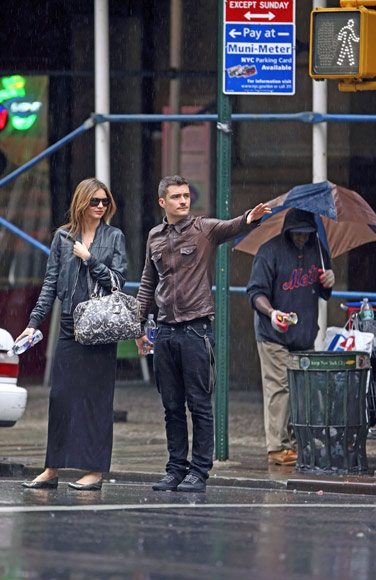 Orlando Bloom y Miranda Kerr, dos enamorados bajo la lluvia