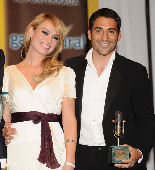Antonio Banderas y Miguel Ángel Silvestre protagonizan un auténtico duelo de galanes en la entrega de los Micrófonos de Oro
