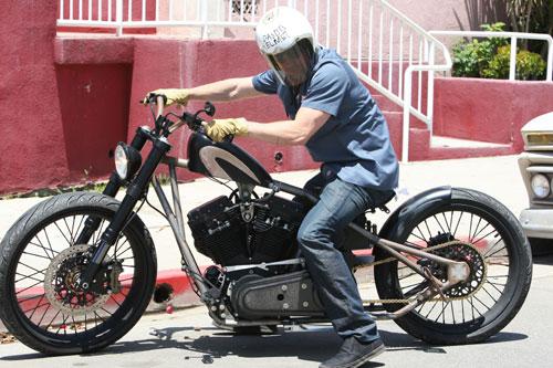 Brad Pitt, sin moto pero con un divertido casco decorado por sus hijos