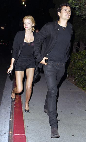 Orlando Bloom y Miranda Kerr y Justin Timberlake con Jessica Biel, dos parejas de enamorados a ritmo del rock de 'Kings of Leon'