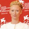 La actriz Tilda Swinton pisa la alfombra roja de Venecia