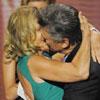 Elegancia, 'glamour', besos y recuerdos emocionados marcan la entrega de los premios Emmy