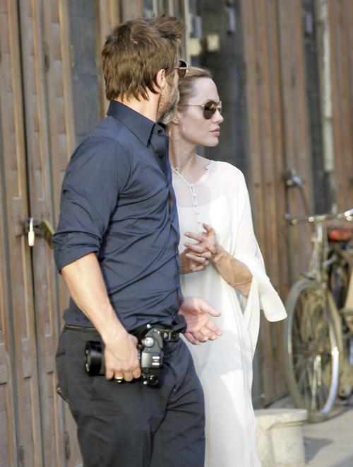 Brad y Angelina, con sus mellizos en brazos, se dan un capricho en una heladería de Jordania
