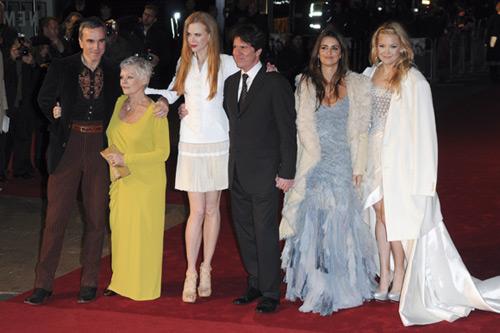 Las estrellas de 'Nine' casi al completo iluminan la noche londinense durante el estreno de la película