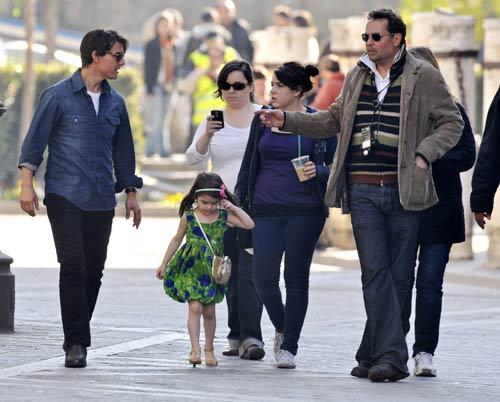Bella Cruise conoce Sevilla de la mano de la pequeña Suri