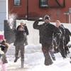 Hugh Jackman se divierte en una guerra de bolas de nieve con sus hijos y los de Cate Blanchett