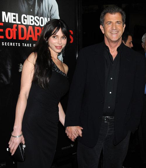 Mel Gibson, feliz y enamorado en su reaparición en Hollywood tras su reciente paternidad