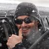 Juegos en la nieve, botas de goma y una gran sonrisa: la fórmula de Hugh Jackman para poner al mal tiempo buena cara