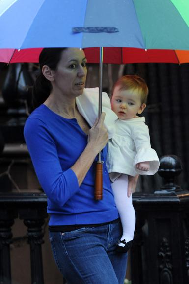 Sarah Jessica Parker y sus gemelas, Marion y Tabitha, paseando bajo la lluvia