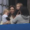 Knox y Vivienne descubren Venecia desde los brazos de su mamá, Angelina Jolie