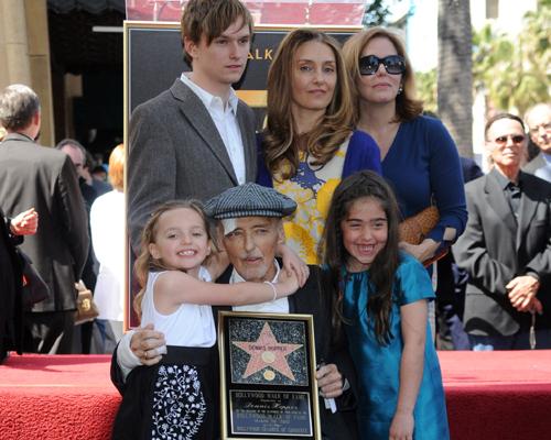 Dennis Hopper descubre su estrella en el Paseo de la Fama, rodeado del cariño de familiares y amigos