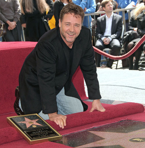 Russell Crowe recibe en familia su estrella en el Paseo de la Fama de Hollywood