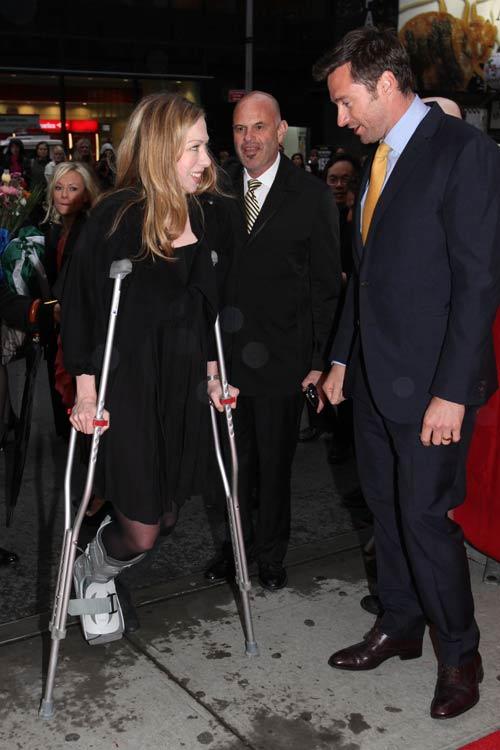 Hugh Jackman, todo un caballero con una lesionada Chelsea Clinton