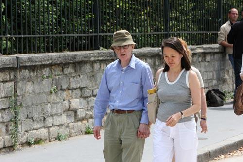 Los cariñosos gestos de Woody Allen y Soon Yi en París