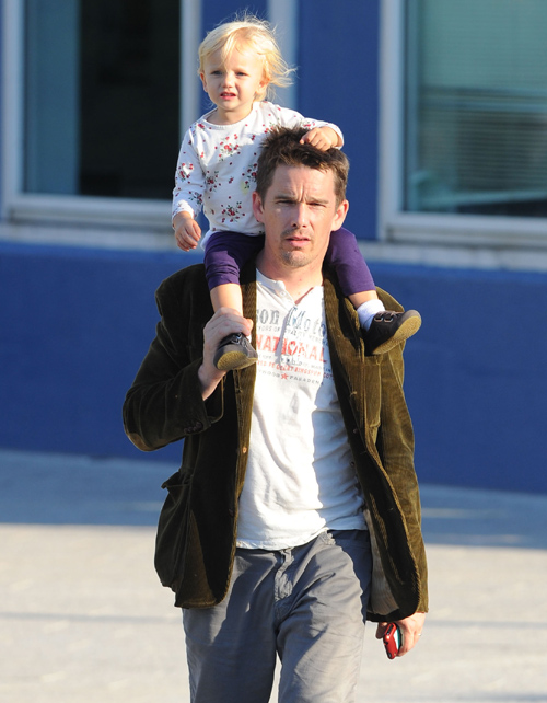 Ethan Hawke, de paseo con su 'princesita' Clementine, de dos años