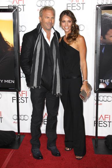 Kevin Costner presume de mujer en el estreno de su última película