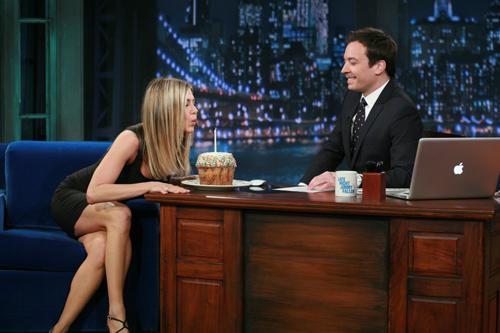 Jennifer Aniston celebra su 42 cumpleaños y demuestra su habilidad con las adivinanzas en un plató de televisión