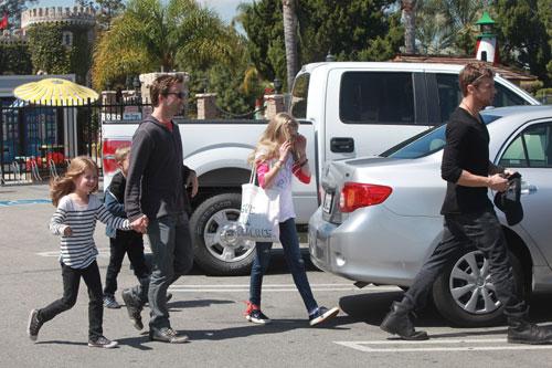 Ryan Phillippe cuida de sus hijos mientras Reese Witherspoon disfruta de su luna de miel