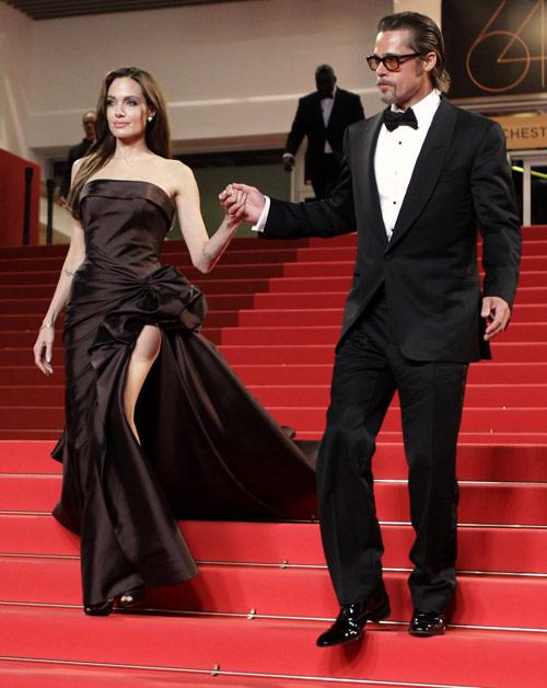 Acompañando al actor, muy atractivo vestido por Tom Ford, Angelina causó sensación en su desfile por la alfombra roja vestida de Versace Atelier y zapatos de Ferragamo