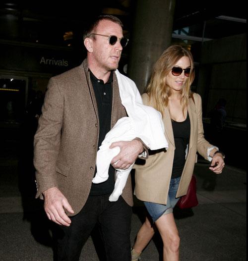 Guy Ritchie, un feliz y orgulloso papá junto a su hijo recién nacido en Los Ángeles