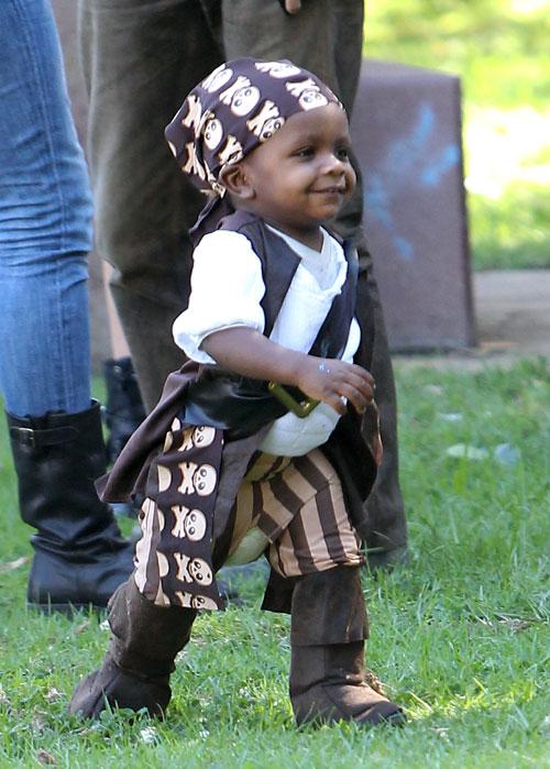 sandra bullock se lo pasa pirata con su hijo louis