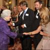 Hugh Jackman y Elle MacPherson, un caballero y una dama en la corte de Isabel II