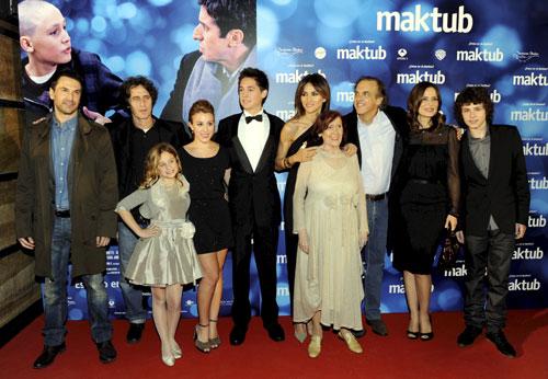 Paco Arango rodeado de unas bellas Aitana Sánchez Gijón y Goya Toledo en el estreno solidario de 'Maktub'