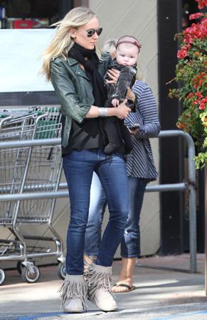 Delilah, la hija de Kimberly Stewart y Benicio del Toro, aprende el placer de ir de compras en compañía de su mamá
