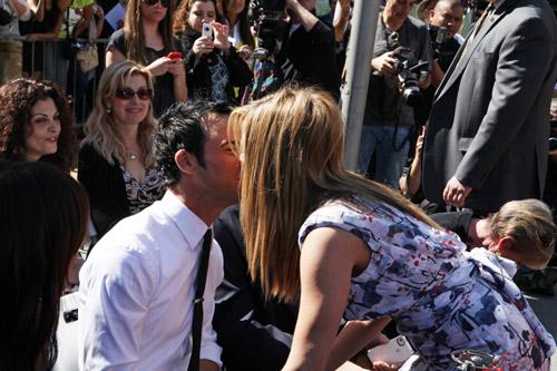 Jennifer Aniston y Justin Theroux sellan su amor con un romántico beso ante la atenta mirada del padre de la actriz