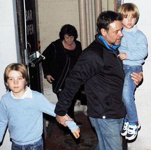 En medio del rodaje de 'Los Miserables', Russell Crowe disfruta junto a sus hijos de una tarde de teatro