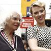 Scarlett Johansson recibe su estrella junto a las tres mujeres de su vida: su abuela, su madre y su hermana adoptiva