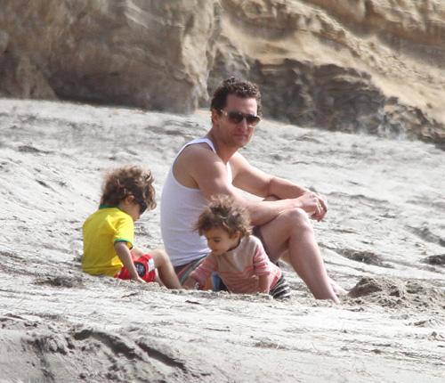Matthew McConaughey cambia las alfombras rojas por la playa y por la compañía de sus hijos